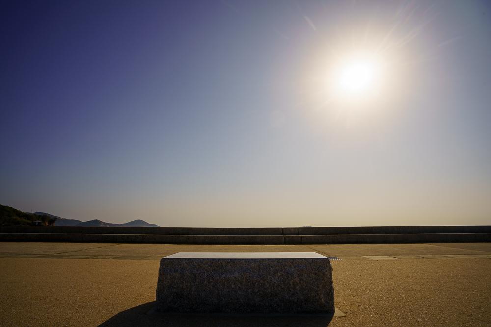 美濃ヶ浜海浜広場 テラス側の石でできた椅子