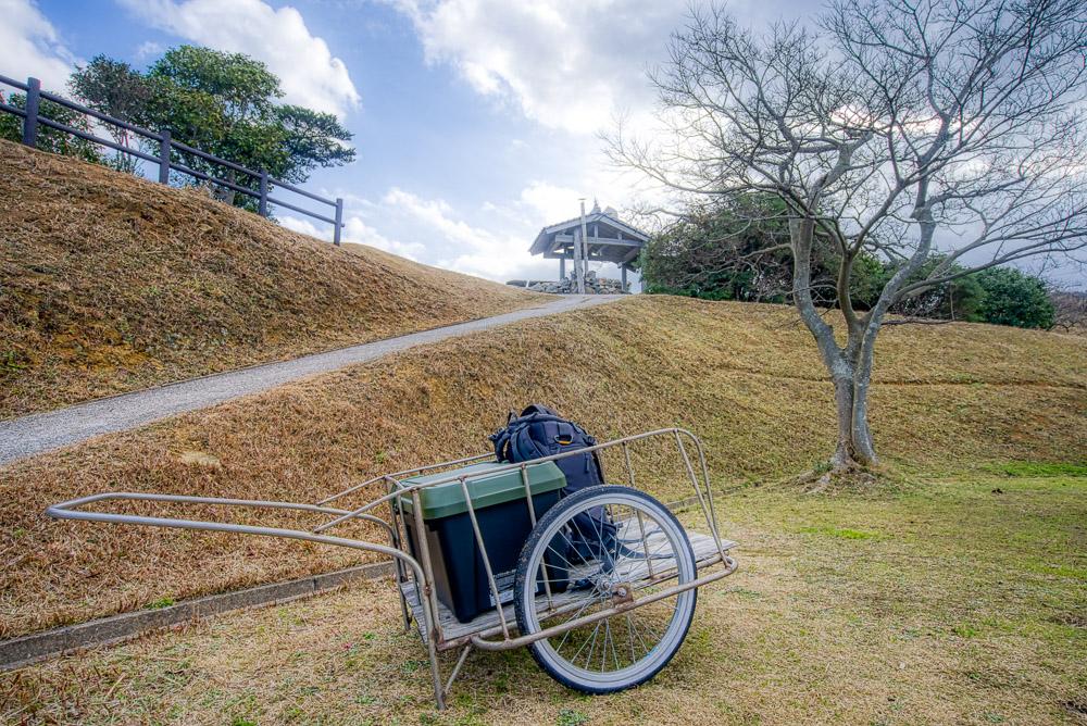 須佐湾エコロジーキャンプ場 リアカーと区画サイトの坂道