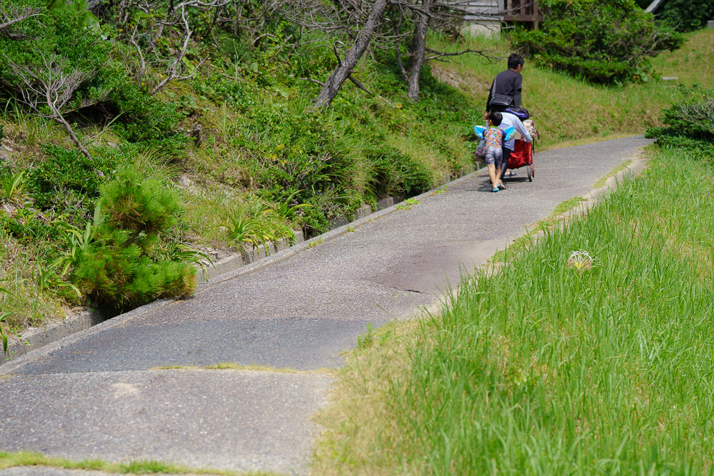 青海島キャンプ村 デッキ、草地サイト、斜面のバンガローまで